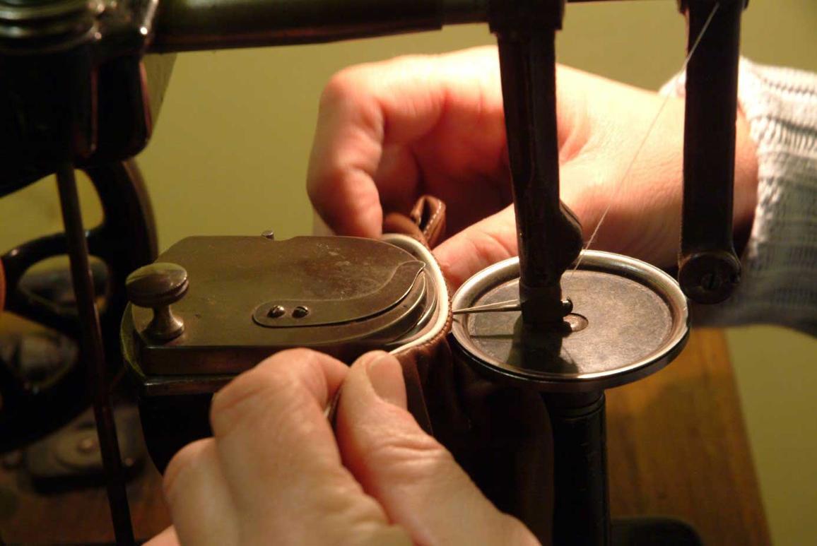 4140b889ef2b Procédés traditionnels de fabrication de nos gants en cuir