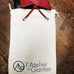 Vous êtes nombreux à commencer vos achats de Noël sur notre nouvel E-shop. Par votre geste, vous contribuez à la pérennité d'un savoir-faire français très rare.  Merci infiniment de votre fidélité ! 🙏😊  Nous vous rappelons que la livraison est offerte à domicile et les retours sont prolongés à 60 jours pour les produits en stock.  Ensemble, restons prudents et patients.  www.atelierdugantier.fr  #artisanatfrancais #madeinfrance🇫🇷 #gantsmadeinfrance #gantscuir  #accessoiresdemode #gants #metiersdart #epv #entreprisedupatrimoinevivant #savoirfairefrancais #modefemme #modefeminine #modemasculine #cadeauxnoel #fabriqueenfrance
