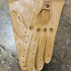 Qui a dit que les gants de conduite étaient réservés à la gent masculine ? 😜  Bientôt la fête des mères, voici un cadeau original, unique, utile au quotidien et fabriqué dans notre atelier à Millau (Aveyron) ! 🎁🇨🇵 Vite, n'attendez plus ! ➡️ https://www.atelierdugantier.fr/fr/11-gants-dames-sport-conduite  #artisanatfrancais #madeinfrance #gantsmadeinfrance #gantscuir #drivinggloves #gantsdeconduite #fabriqueenfrance #accessoiresdemode #gants #metiersdart #labelepv #entreprisedupatrimoinevivant #savoirfairefrancais #modefemme #modefeminine #modemasculine