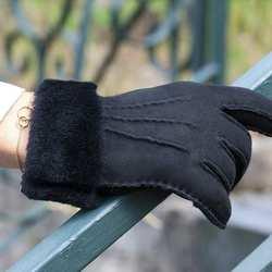 L'hiver arrive et vous avez froid aux mains ! Connaissez vous les gants en mouton ? 🧤🐑❄️ Douceur, chaleur, souplesse sont les grandes qualités que lui reconnaissent nos client(e)s !  #artisanatfrancais #madeinfrance🇫🇷 #gantsmadeinfrance #gantscuir  #accessoiresdemode #gants #gantsmouton #gantscuir #metiersdart #epv #entreprisedupatrimoinevivant #savoirfairefrancais #modefemme #modefeminine #modemasculine